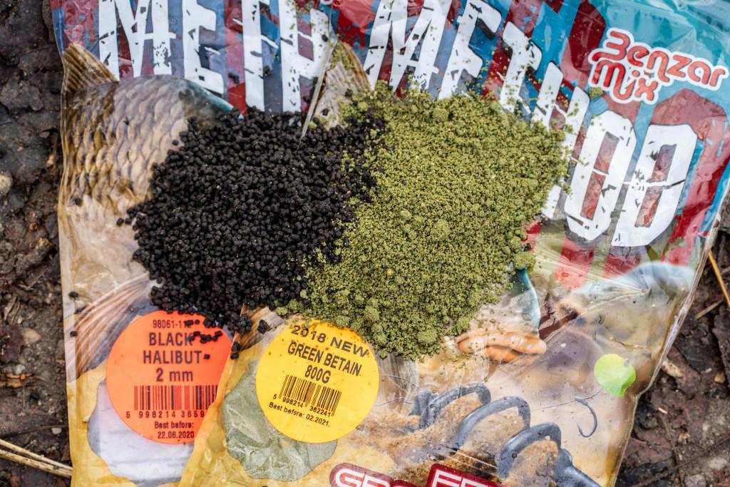 Klasická krmítkovka zelené barvy s 2 milimetrovými halibut peletami tvoří dokonalou směs.