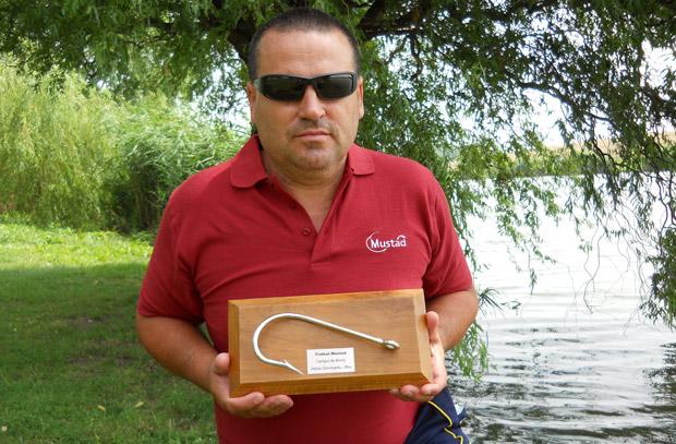 Carligul de bronz -Adrian Dorobantu, Ilfov Trofeul Mustad a fost un concurs atractiv care m-a tinut in priza pe parcursul intregului an si, de asemenea, a fost un prilej de a merge la pescuit mai des decat mergeam in mod normal, dar sa si concurez cu pescari din toata tara. Am castigat mai multe premii la concursurile de pescuit de-a lungul timpului, insa acest Carlig de Bronz pentru mine este de platina.. De cate ori se va organiza aceasta competitie, voi participa cu cea mai mare placere.