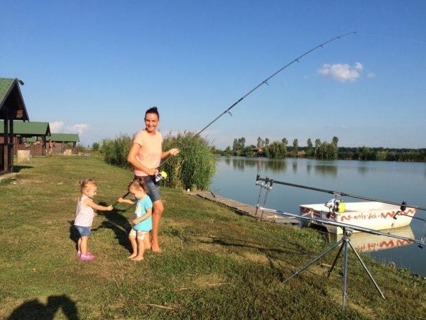 Dimineata, pescarii fiid obositi, au primit suportul necesar din partea feminina a echipei :)